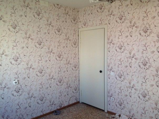 Дверь и две стены, оклеенные обоями